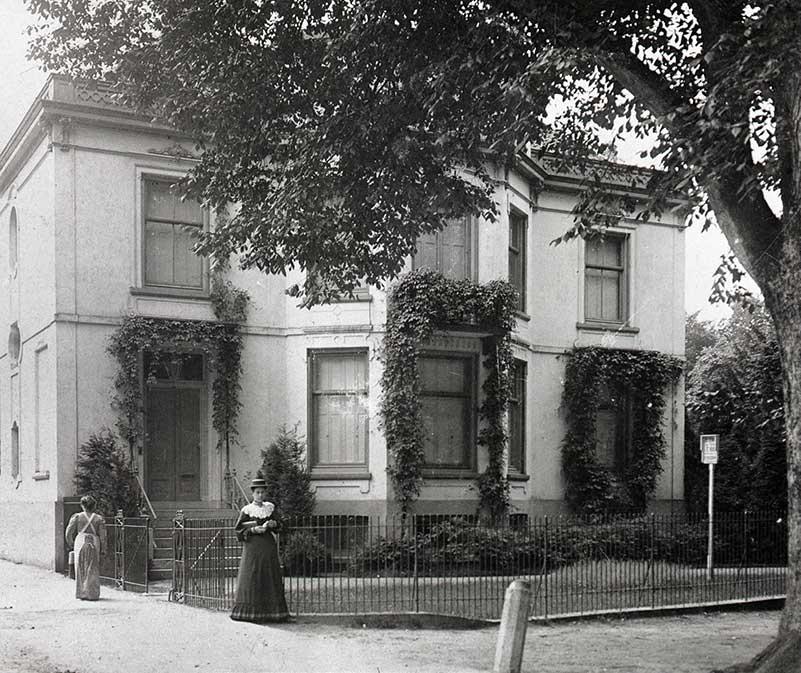 Foto; Het in 1790 gebouwde huis van de dames Walkart in 1905