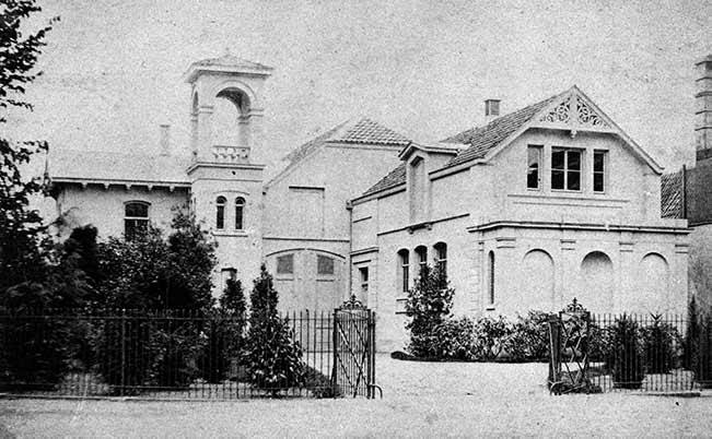 Foto Koetshuis en koetsierswoning gebouwd in 1869 op de hoek van de Donkerelaan en 2e Dorpsstraat