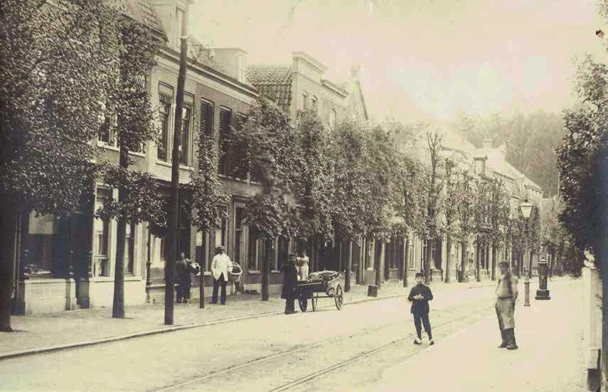 Foto 2e Dorpsstraat omstreeks 1890 met aan de linkerkant een rijtje winkels. Het eerste pand is waarschijnlijk bakkerij Stoové. Foto: B.Balhuizen