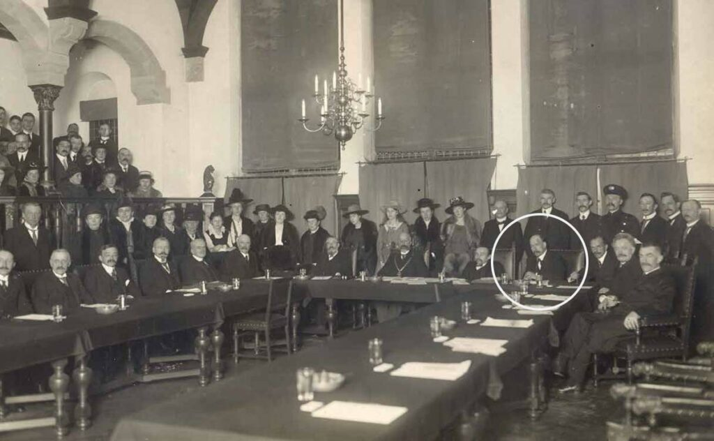 Foto College van B&W en de Raad (met echtgenoten en genodigden) bij laatste zitting van burgemeester Mr. J.J. Clotterbooke Patijn van Kloetinghe op 30 april 1919