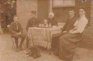 De familie Schuurman gezeten voor het molenaarshuis, ca. 1910