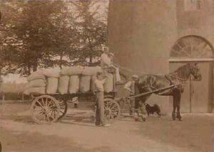 Kar beladen met zakken meel bij molen 'De Vriendschap', ca. 1910.