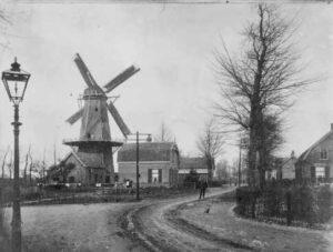 Korenmolen 'De Vriendschap' (1867–1981), gezien vanaf de Bergweg, ca. 1905