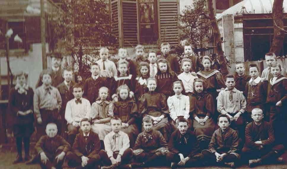 Foto Leerkracht en leerlingen van de gereformeerde school (1905)