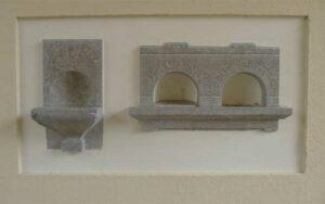 Offerblokken uit 1904 in het poortgebouw van de 'Oude Algemeene Begraafplaats'.