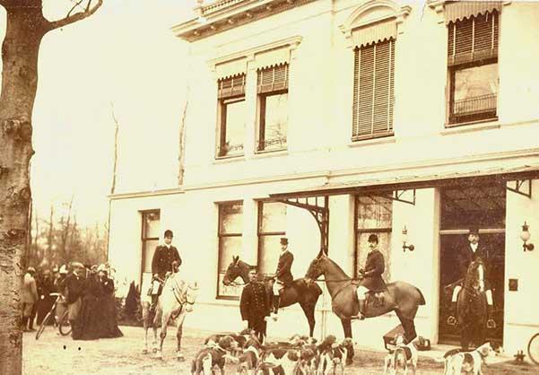 Ruiters met jachtmeute voor Villa Nuova, ca. 1900